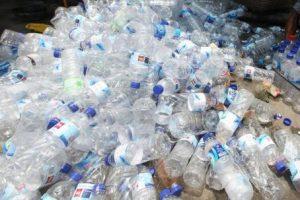 Botol bekas air meneral merupakan ancaman lingkungan apabila dibuang begitu saja